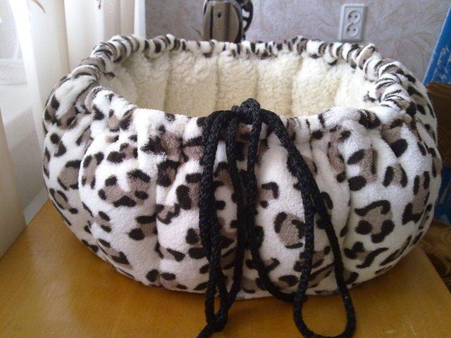 Как сделать кошке лежак из свитера